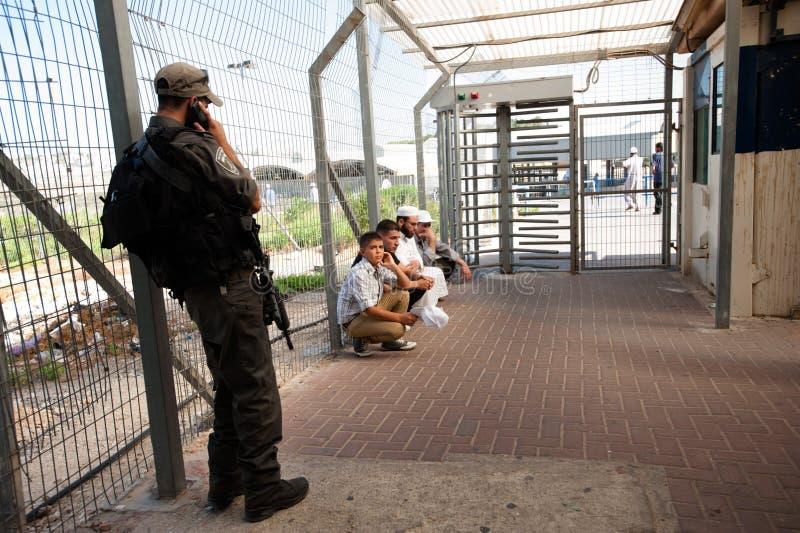 Palestiniens au point de reprise militaire israélien images libres de droits