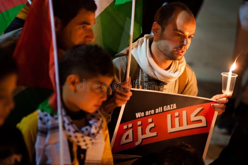 Palestinier och israeler protesterar Gaza attacker royaltyfri foto