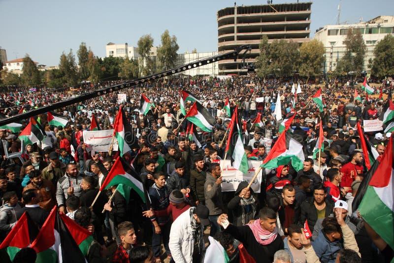 Palestinier som begär den palestinska presidenten Mahmoud Abbas till för nedtransformering royaltyfria bilder