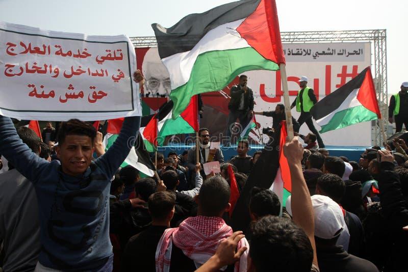 Palestinier som begär den palestinska presidenten Mahmoud Abbas till för nedtransformering royaltyfri bild