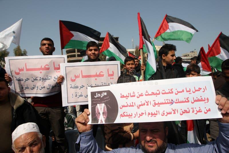 Palestinier som begär den palestinska presidenten Mahmoud Abbas till för nedtransformering arkivbilder