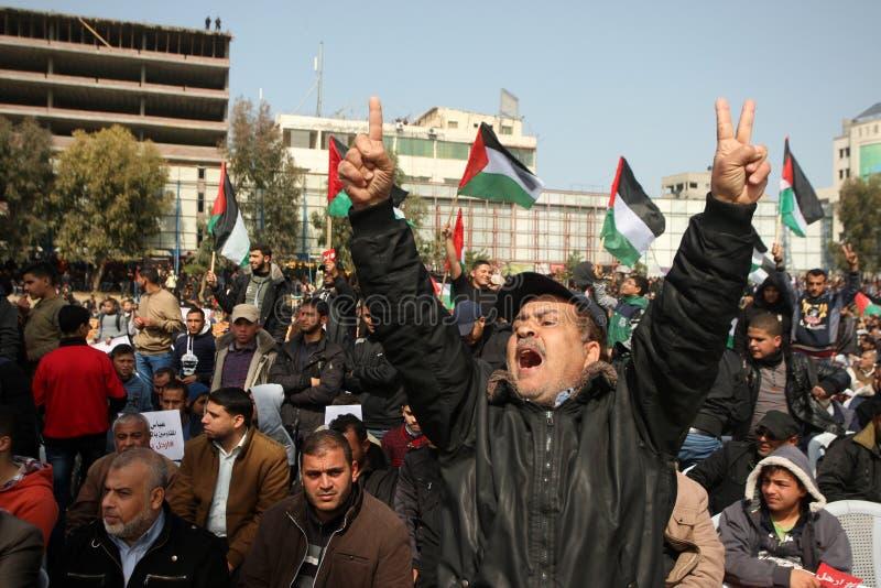 Palestinier som begär den palestinska presidenten Mahmoud Abbas till för nedtransformering royaltyfri foto