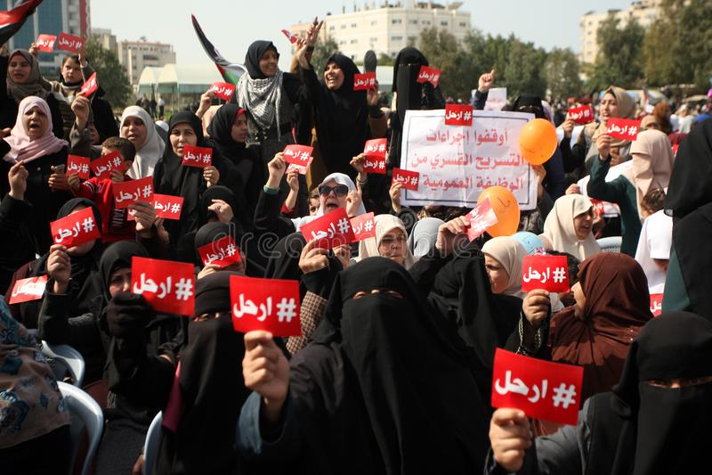 Palestinier som begär den palestinska presidenten Mahmoud Abbas till för nedtransformering royaltyfria foton