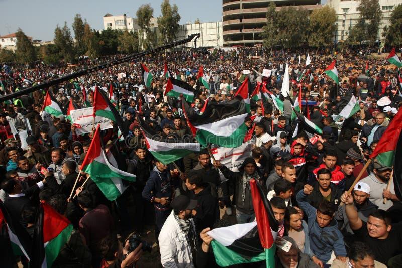 Palestinier som begär den palestinska presidenten Mahmoud Abbas till för nedtransformering arkivfoton
