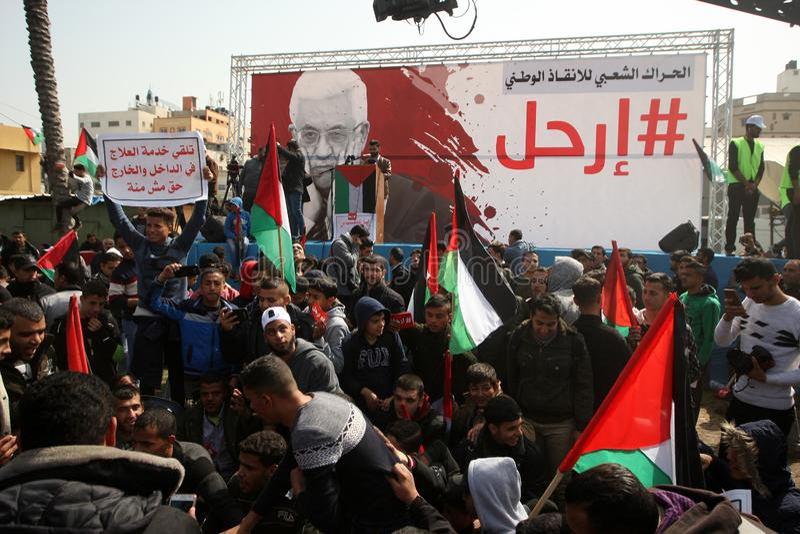 Palestinier som begär den palestinska presidenten Mahmoud Abbas till för nedtransformering fotografering för bildbyråer