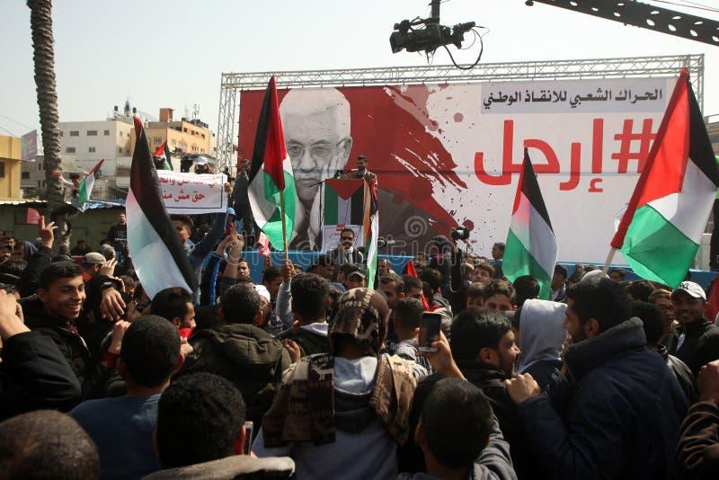 Palestinier som begär den palestinska presidenten Mahmoud Abbas till för nedtransformering arkivbild