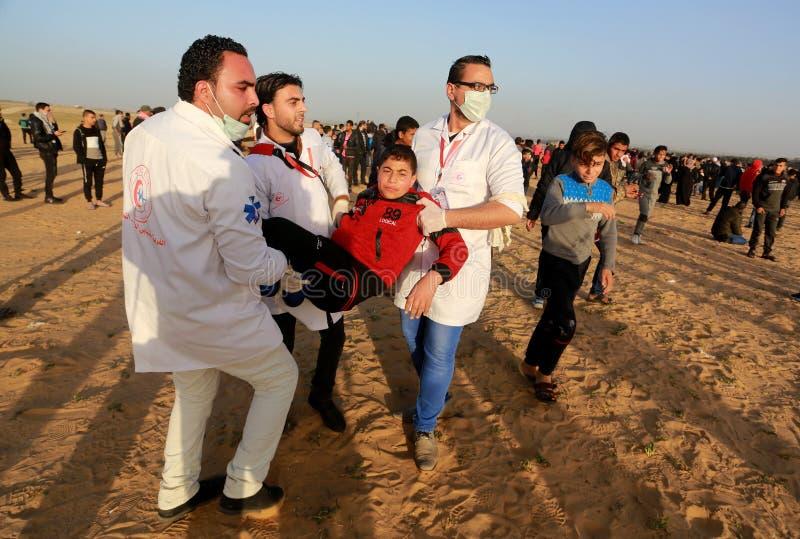 Palestinier tar delen i demonstration, på denIsrael gränsen arkivfoto