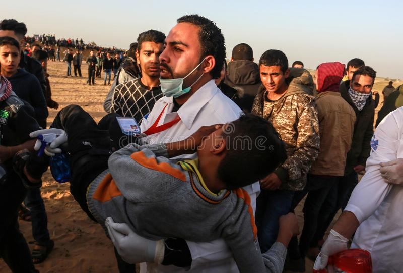 Palestinier tar delen i demonstration, på denIsrael gränsen arkivbilder