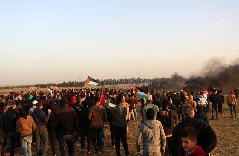 Palestinier tar delen i demonstration, på denIsrael gränsen arkivbild