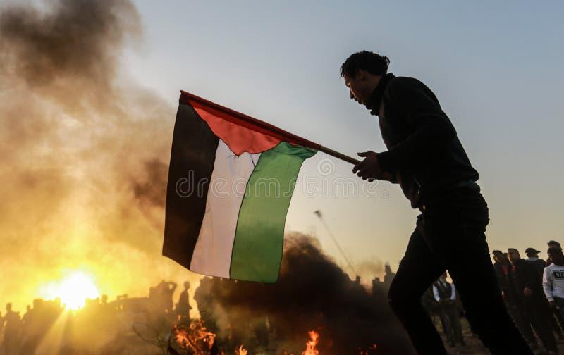 Palestinier tar delen i demonstration, på denIsrael gränsen royaltyfri bild