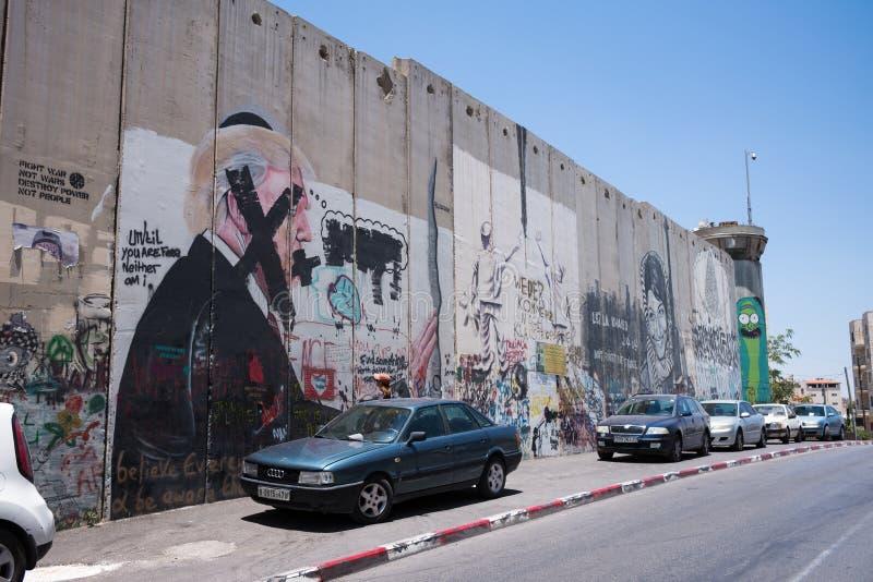 Palestinsk sida av den israeliska avskiljandeväggen i Betlehem med grafittikonst arkivfoton