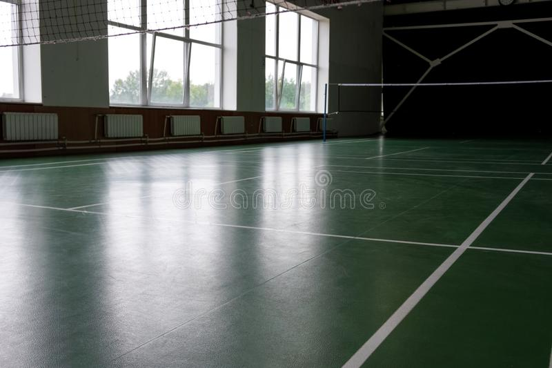 Palestra dell'interno, vecchio interno della scuola elementare corridoio di sport per il gioco di pallavolo fotografie stock libere da diritti