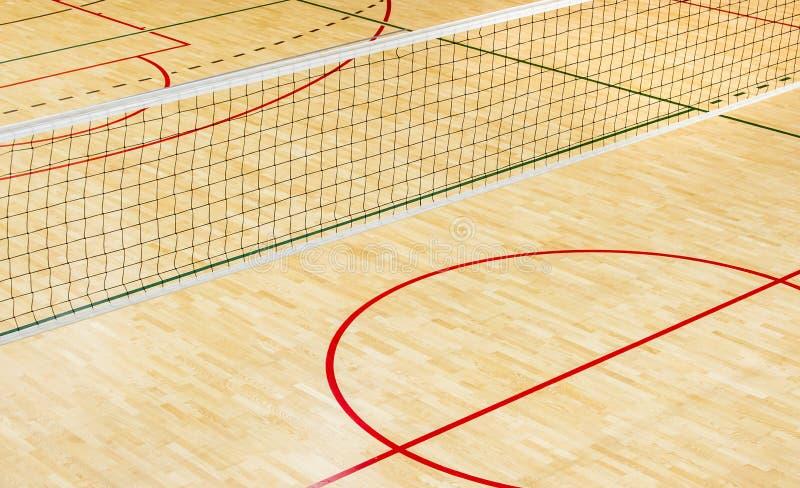 Palestra della scuola elementare dell'interno con la rete di pallavolo fotografia stock libera da diritti