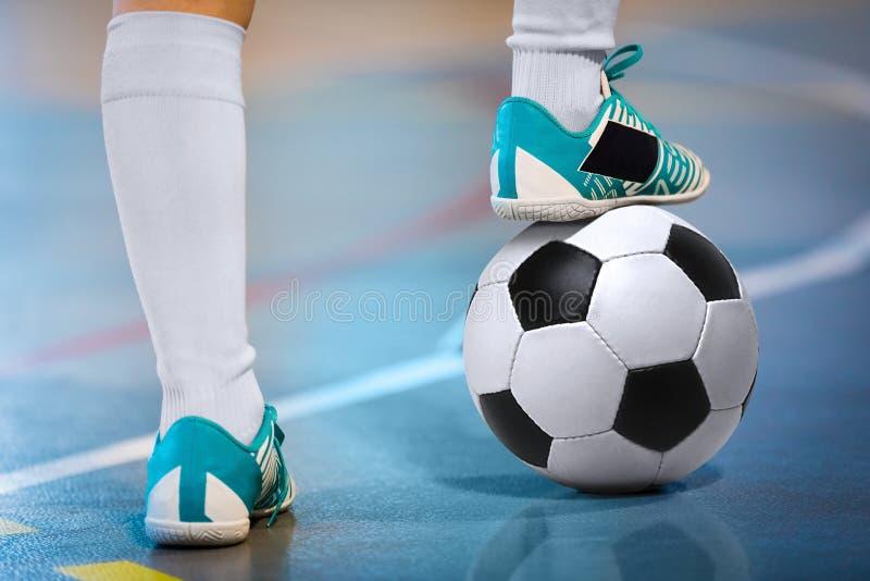 Palestra di calcio dell'interno Giocatore futsal di calcio, palla, pavimento futsal Mette in mostra il fondo Lega futsal della gi immagini stock