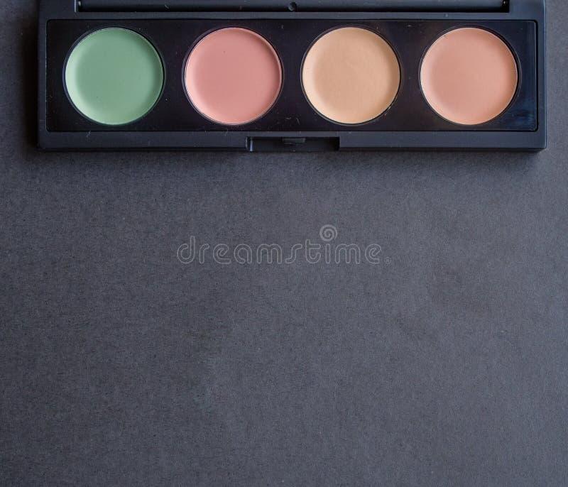 Paleta con diversos correctores del maquillaje fotografía de archivo