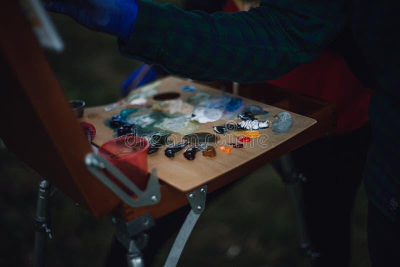 Paleta con las pinturas de aceite coloridas foto de archivo