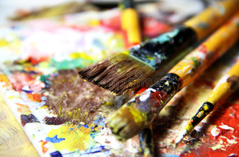 Paleta da arte e mistura vívidas bonitas de pincéis foto de stock royalty free