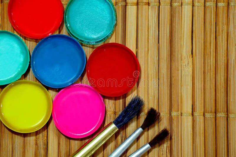 Paleta das pinturas e das escovas fotografia de stock