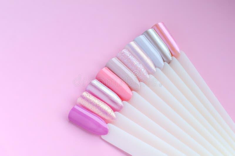 Paleta de colores del arte del clavo Fije de clavos y de muestras artificiales de la manicura Variedad de colores rosados Visi?n  foto de archivo