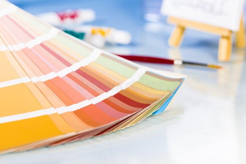 Paleta de colores en fondo del estudio fotos de archivo libres de regalías
