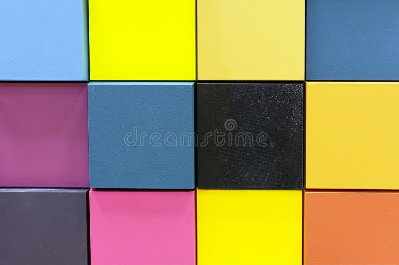 Paleta de colores en las muestras de madera para la selección de la pintura Fondo de muestras del color fotografía de archivo libre de regalías