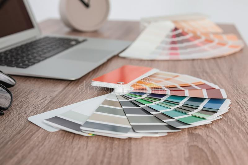 Paleta de cores na tabela imagem de stock