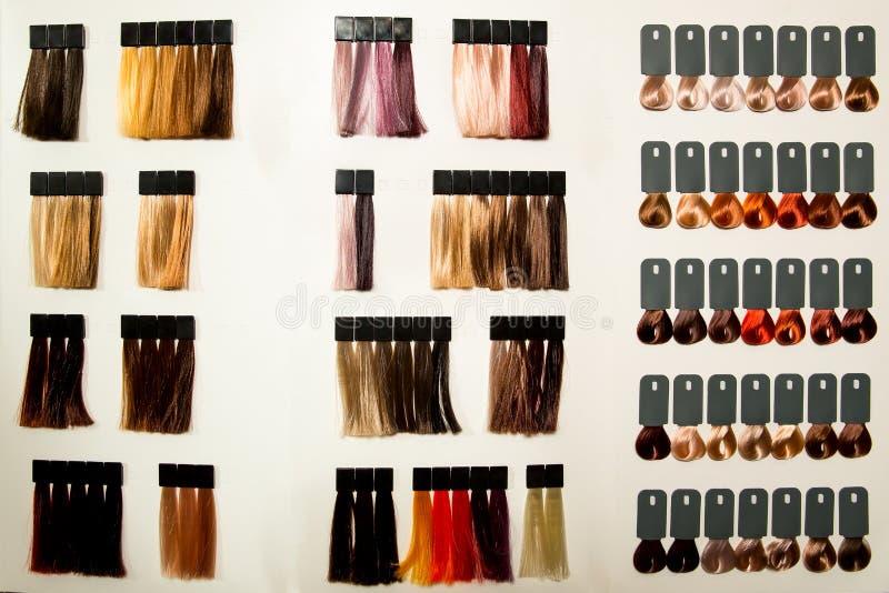 Paleta de diversos colores al tinte de pelo imagenes de archivo
