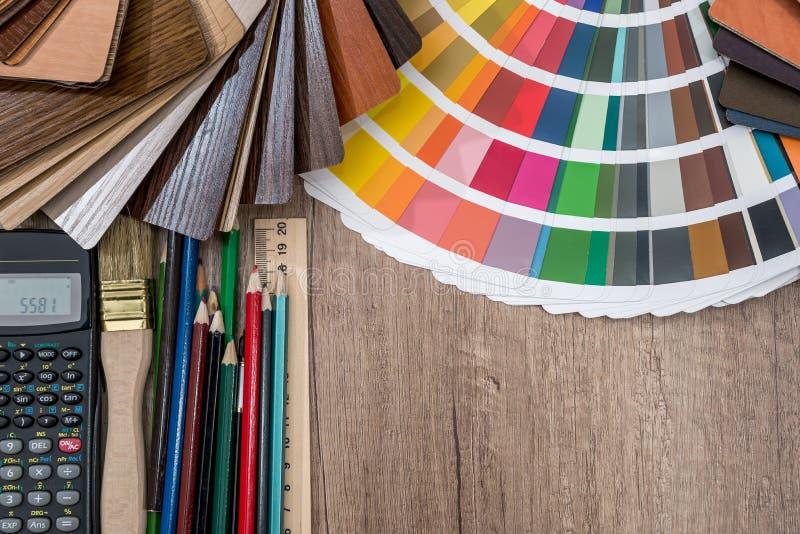 A paleta de lápis e de calculadora do grupo de cores em um de madeira foto de stock royalty free