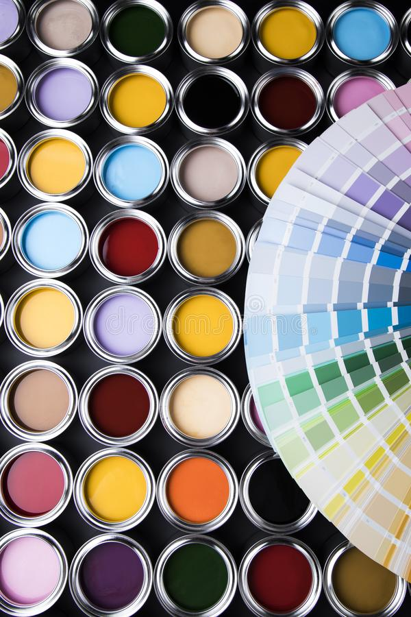 Paleta de las latas de la pintura, concepto de la creatividad imágenes de archivo libres de regalías