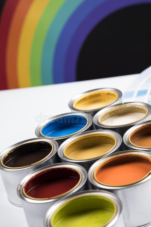 Paleta de las latas de la pintura, concepto de la creatividad fotos de archivo