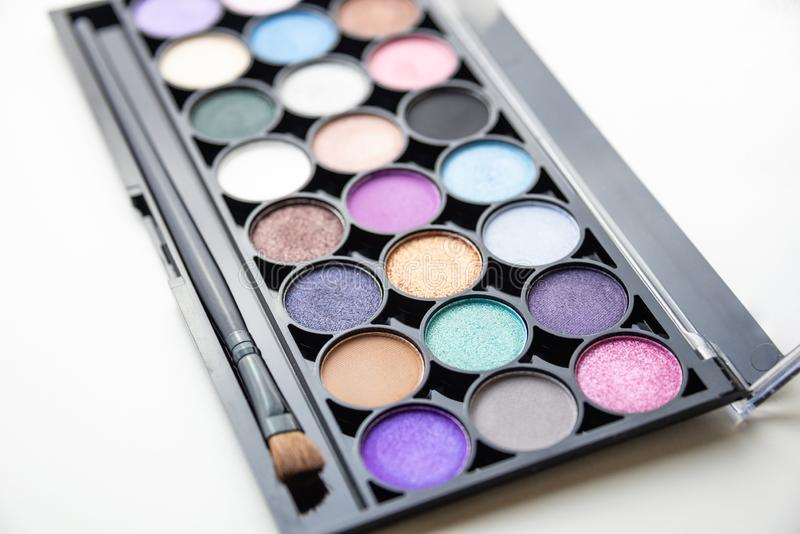 Paleta de sombras coloridas con el cepillo imagen de archivo libre de regalías