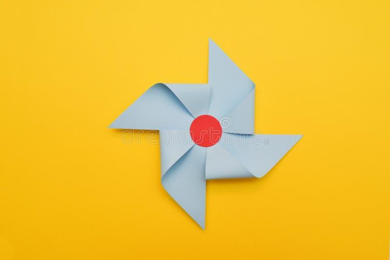 Paleta decorativa de Winde del papel, fondo de Yelow Concepto colorido del verano fotografía de archivo