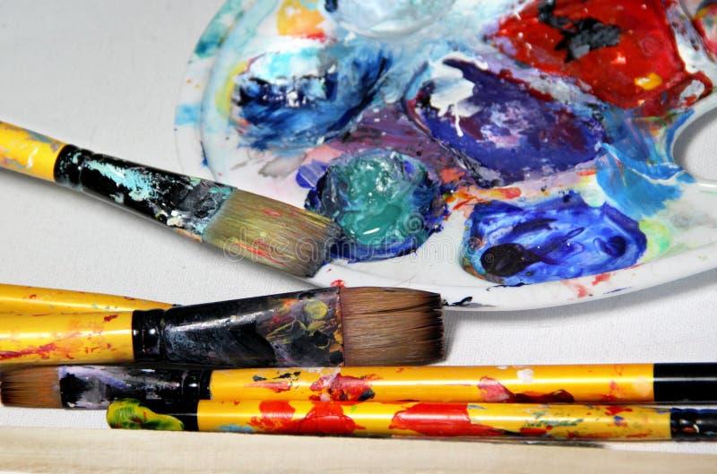 Paleta y brochas del arte imágenes de archivo libres de regalías