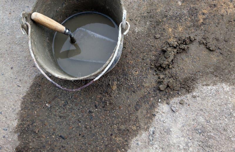 Paleta del cemento en compartimiento foto de archivo libre de regalías