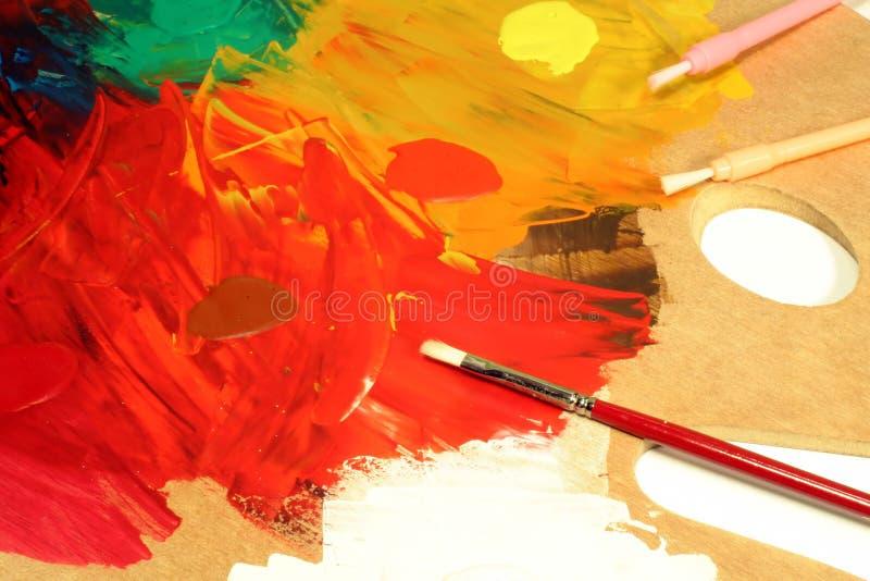 Paleta do artista com escovas de pintura foto de stock