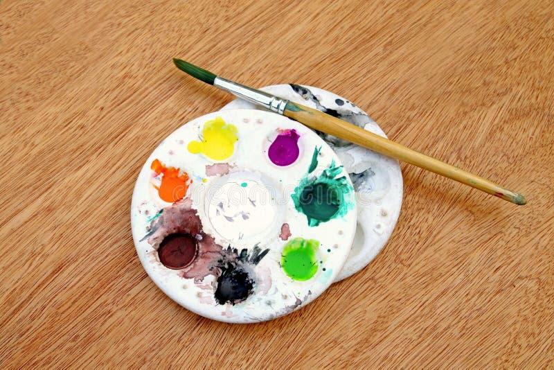 paleta e escova da aquarela imagens de stock