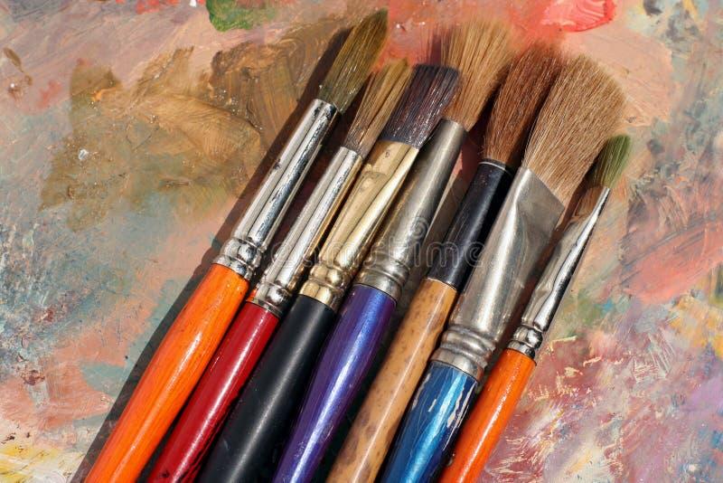 Paleta e escovas da pintura de StudioArt imagem de stock