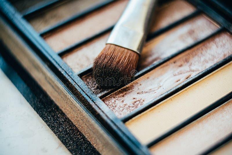 Paleta Eyeshadow em cores beges com pincel maquiado fotografia de stock