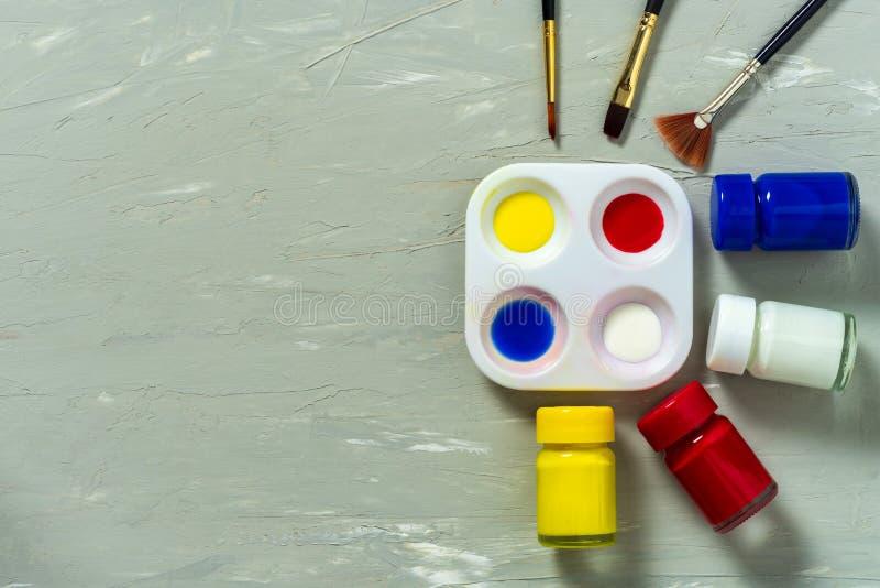 Paleta i akwarela z farby muśnięciem na szarym tle zdjęcia stock