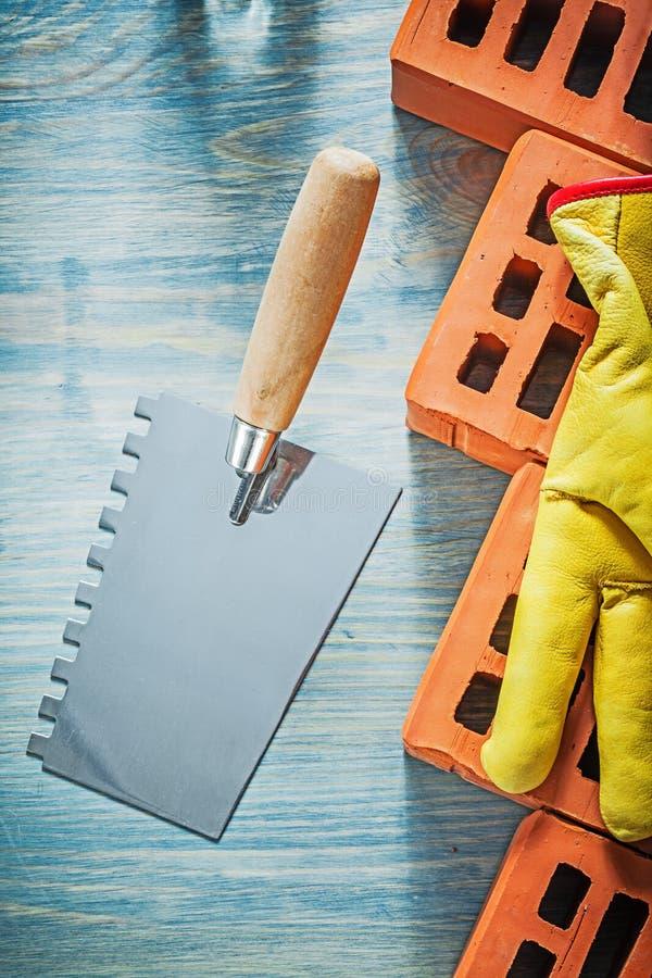 Paleta noża czerwonych cegieł zbawcze rękawiczki na drewnie wsiadają murarstwo zdjęcie royalty free
