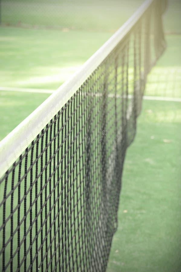 Paleta o red del tenis en el campo de tenis imágenes de archivo libres de regalías