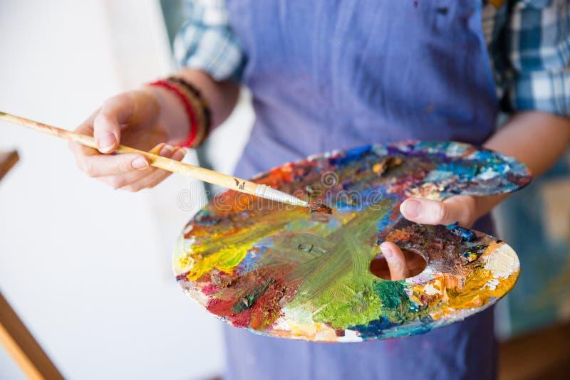 Paleta z mieszanymi farbami holded rękami kobieta artysta zdjęcie stock