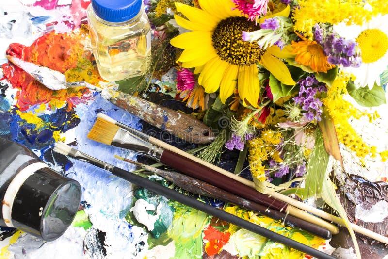 Paleta z obrazu materiałem i bukiet lato kwiaty obraz stock