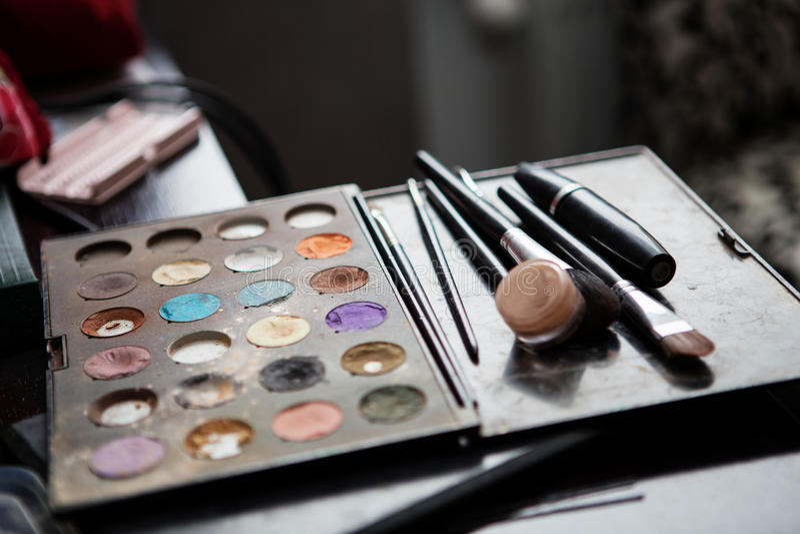 Paletas coloridas del sombreador de ojos del maquillaje con los cepillos foto de archivo
