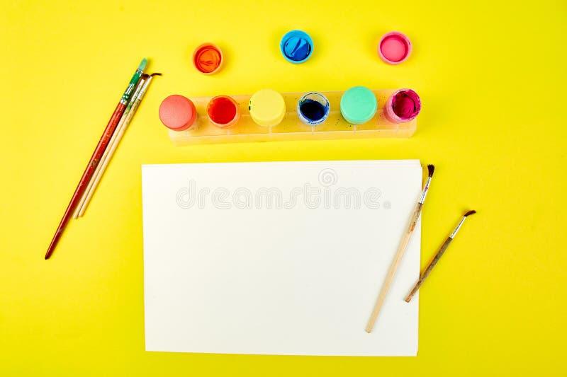 Paletas da aquarela e escovas de pintura E foto de stock