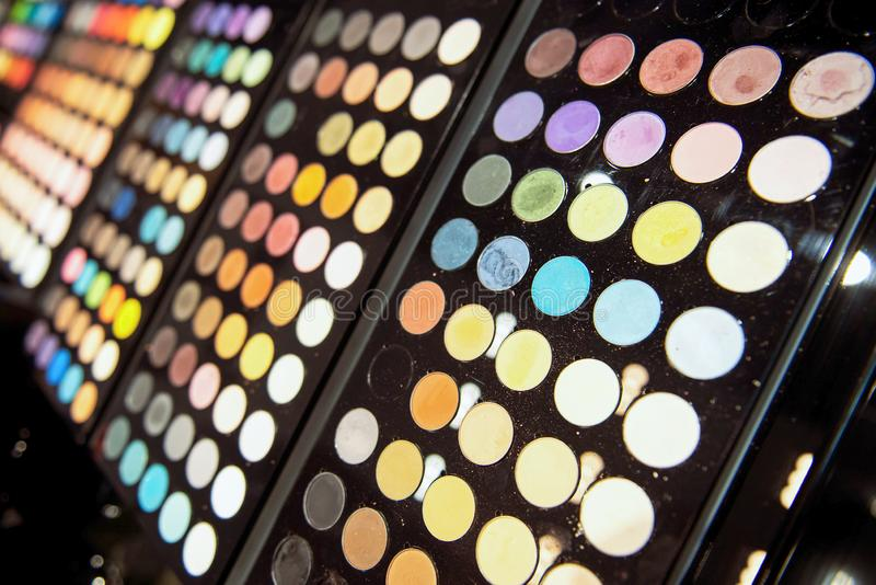 Paletas pretas da sombra para os olhos Escolha grande de matiz e de cores diferentes imagem de stock