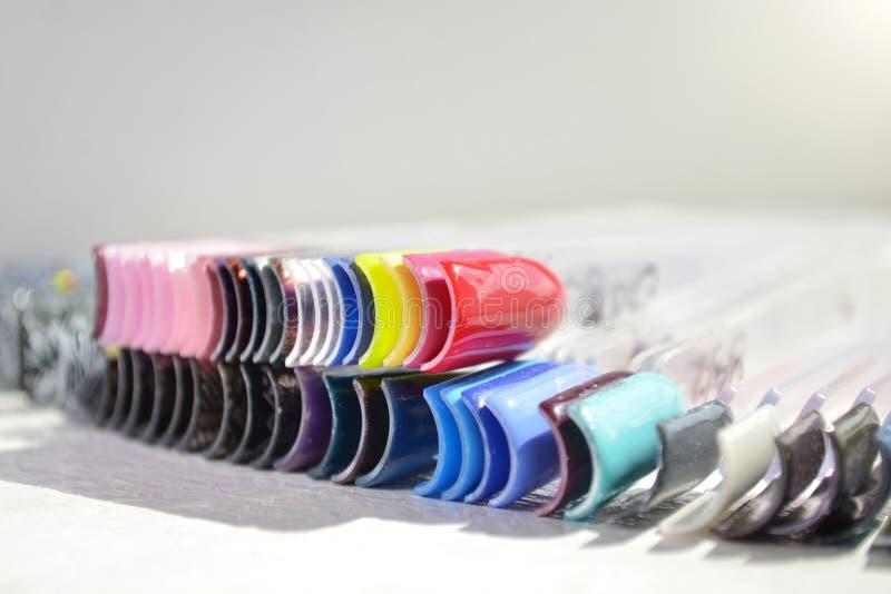 Palett av att stelna för att spika polermedel i solljuset, ljus bild med copyspace arkivbild