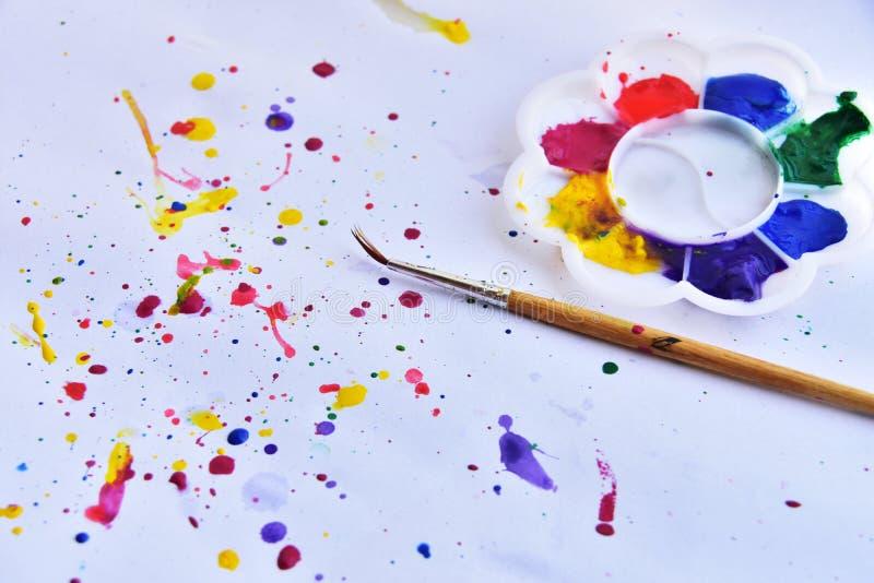 palett av vattenfärg med målarfärgborsten på vit bakgrund royaltyfria foton