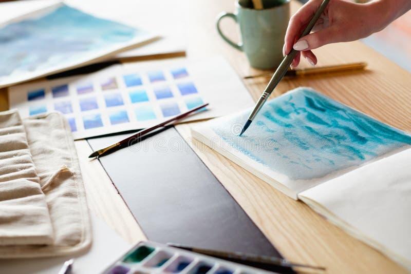 Palett för vattenfärg för hobby för hantverk för konstmålarfärgfritid arkivbilder