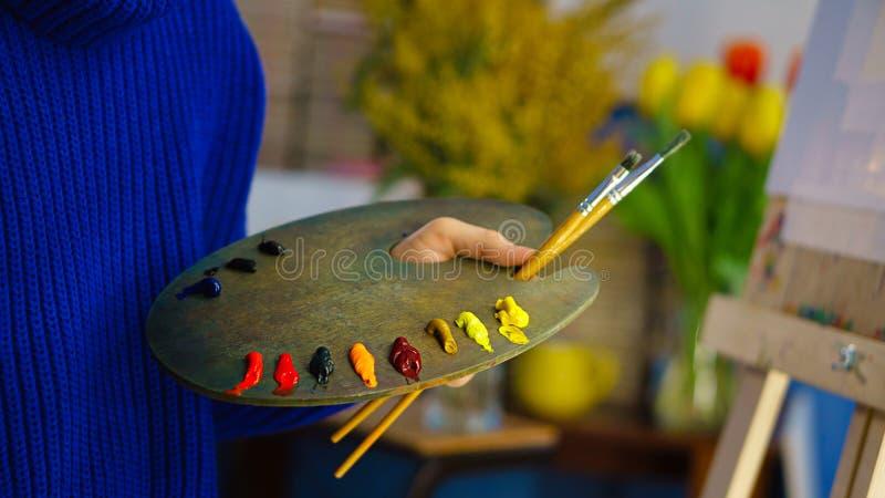 Palett med målarfärger och borstar royaltyfria foton